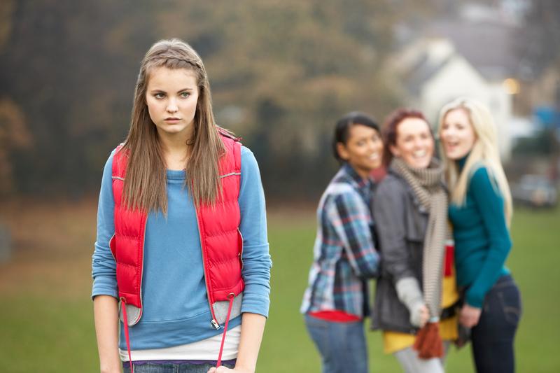 meisje-wordt-gepest-door-vriendinnen